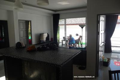 intérieur de la maison à louer  pour vacances  à Chaweng sur Koh Samui en ThaïlandeLa villa de salon, séjour, 3 grands lits confortables king size et queen size, de deux personnes, avec 2 salle d'eau avec douche à l'Italienne, la cuisine est équipé d'un réfrigérateur, micro ondes, plaques chauffantes, une table avec tabourets pour le petit déjeuner, mais une belle table centrale pour un bon repas. Des grandes armoires dans chaque chambre, et rideaux occultants pour y bien dormir.