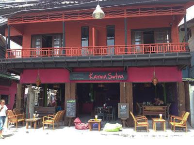 photo 10 location de maison sur koh samui thailande et son bar restaurant Français Thaïlandais Karma Soutra avec Laurent et Simon et leurs serveuses Thaï